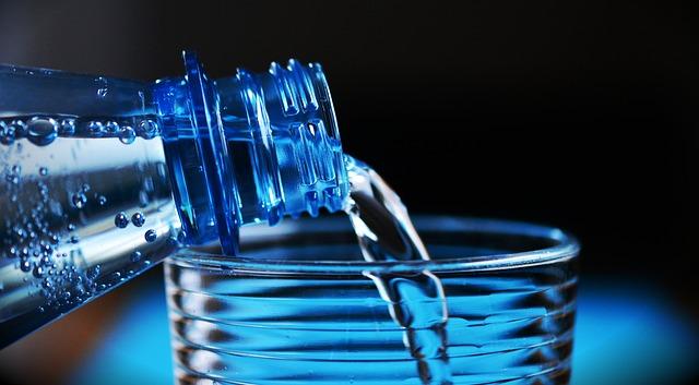 هل تعلم ماذا يحدث عند شرب الماء علي معده فارغه؟